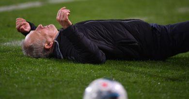 Frankfurt captain sent off for knocking over Freiburg coach